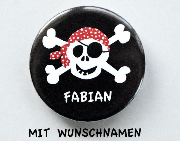Super Mitgebsel für die nächste Geburtstagsparty:  **_*Cooler Piraten-Button mit eigenem Namen*_** Ein Muss für jede Piraten-Party.  Auf Wunsch gibt es auch eine **_*Variante für Mädels*_**...