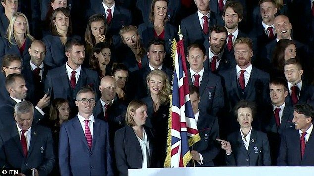 The two-time Wimbledon champion appeared to struggle with the giant Union Flag at Team GB's team photo in Rio