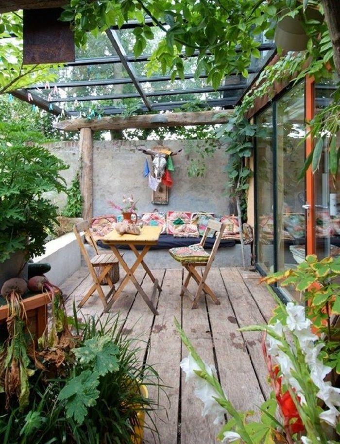 terasse-gestalten-ideen-nachhaltig-rustikal-holzmöbel-topfpflanzen