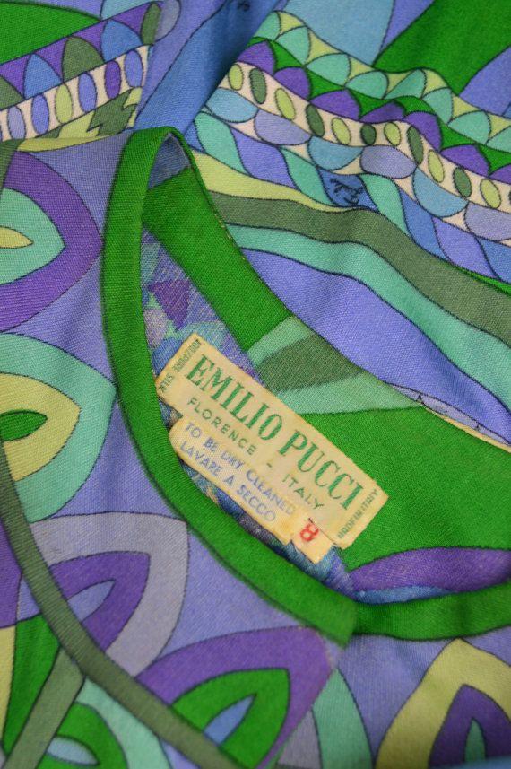 Un splendido abito depoca dal 1960 dal designer italiano e master di stampa, Emilio Pucci. Il lussuoso in jersey di seta che Pucci era rinomato per con una brillante stampa caleidoscopica in tutto. La gonna ha calcio pieghe nella parte anteriore e posteriore con una sagoma di stile MAIUSC sciolto, che è perfetta per un look chic e costoso mod.   Dimensione: calza più o meno come UK un femminile moderno 10-12 / US 6-8 / EU 38-40 (misure di controllo per garantire migliore vestibilità...
