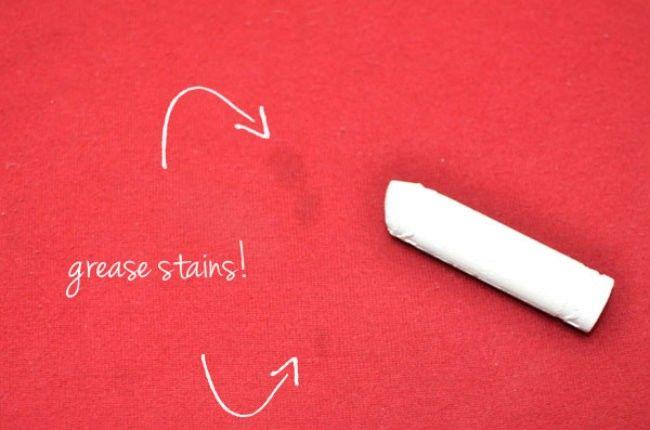 Enlever la graisse d'un tissu :  N'ayez plus jamais peur de vous tâcher avec de la graisse ! Couvrez votre bêtise avec de la craie blache, attendez quelques minutes puis essuyez avec un chiffon humide.