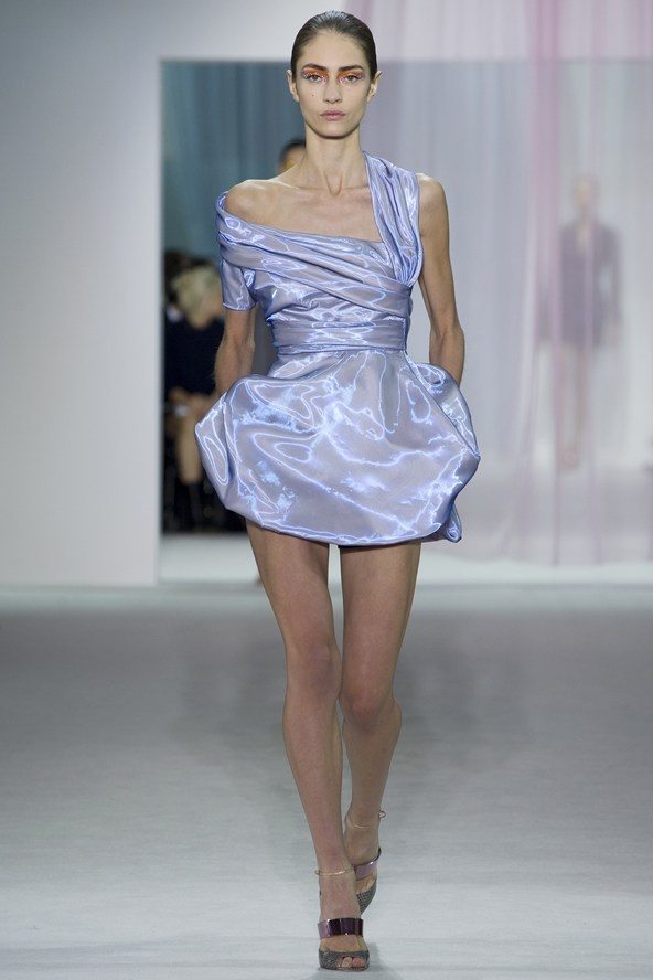 """2. SHINE BRIGHT  (Christian Dior, Viktor, Burburry Prorsum,...)  """"Ground those iridescent fabrics with neutrals by day  or  one, bold solid color by night."""""""