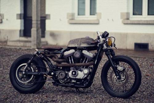 """Harley-Davidson Sportster XL883 Cafe Racer by Zadig Motorcycles. Una moto basada en la película """"Snatch, cerdos y diamantes"""". No te pierdas esta transformación llena de detalles.http://www.caferacerpasion.com/harley-davidson-sportster-xl883-cafe-racer-zadig-mc/"""