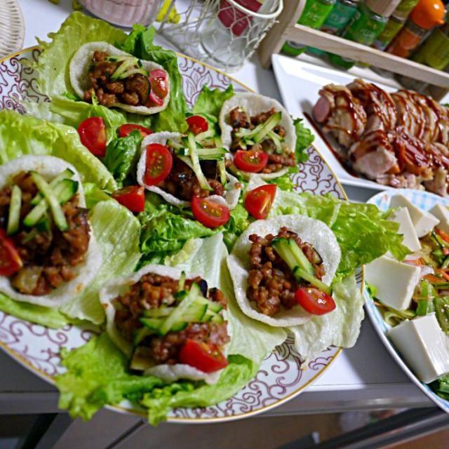 肉 in 肉の暴挙メニューは レシピ本からの紹介メニューだったのです~(*´∀`)ノ  そりゃあ もぅ!ジューシーよん♪  蒸してから焼いてるので とっても柔らか~❤ - 28件のもぐもぐ - 肉みそレタス包み  ソーセージのチキン巻き  豆腐サラダ by YokoIshikawa