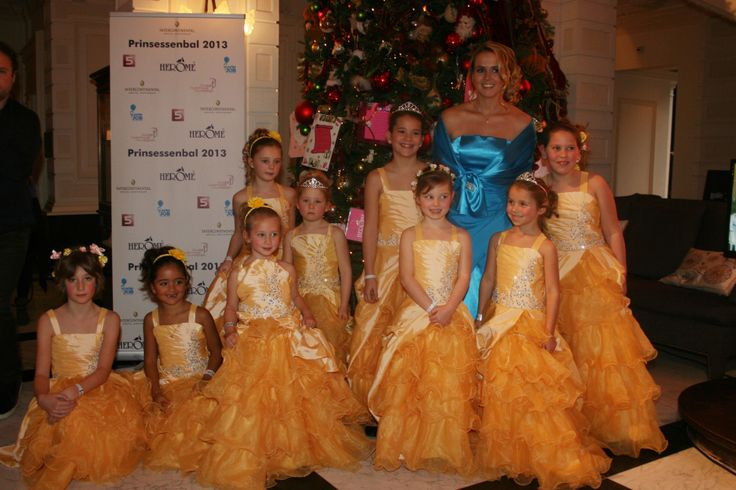 Monique Smit was aanwezig als hofdame en ging met haar prinsessen op de foto voor de kerstboom.