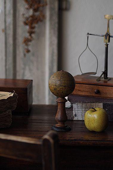 褐色に染まる球体-vintage stand globe ボール部分、くるくると回せません。ツートーンの配色、ボビンの様な脚はオーク色にまとまるクラシカルな書斎に似合う。こちらの小さな地球儀が作られたのは1925年頃、元となった平面地図はメルカトル図法で描かれた1634年の海図。ルイ13世のお膝元、世界史で習うリシュリュー枢機卿の命で航路図を描いたJean Guerard作、その複写。土台に若干虫喰い跡が御座います。