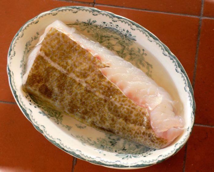 Kokt lättrimmad torsk med äggsås – klassiskt recept