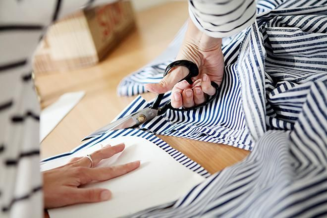 Ak vrúcne milujete prúžky a bodky, tak na tejto návšteve sa vám bude páčiť. Kamila Gemerská začala svojimi ručne šitými taškami udávať trendy už na vysokej škole a jej značka Ammyla už niekoľk...
