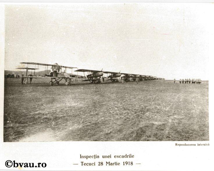 """Fotografie din Războiul pentru întregirea neamului - Inspecția unei escadrile, 28 martie 1918. Imagine din colecțiile Bibliotecii """"V.A. Urechia"""" Galați."""