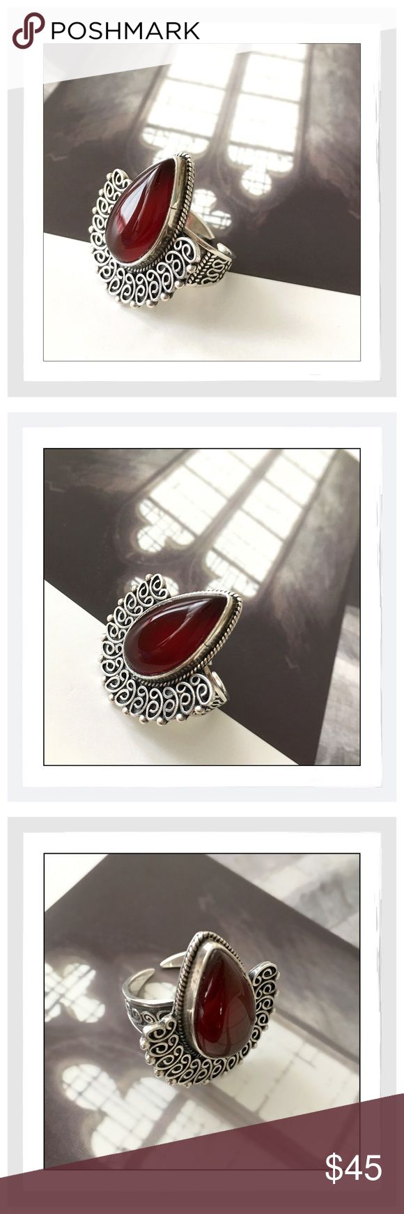 ✨Vintage Sterling Silver Blood Red Carnelian Ring✨ Beautiful, Bold Sterling Silver Vintage Large Carnelian Ring✨Approx 8.5 Ring Size✨Gorgeous Silver Detailing Design✨ Carnelian is a stabilizing crystal✨Its high energy helps restore lost vitality and motivation, and stimulates creativity for new pursuits✨Carnelian may help in rekindling passions that might have faded in an otherwise loving relationship✨Carnelian clarifies the voice✨It is the Singer's Stone and promotes confidence for…
