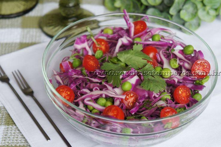 Eu adoro coentro... combina com tantos pratos! E aqui a sugestão é incrementar a sua salada de repolho roxo com um molho especial de coentro. Confira! Leia mais...