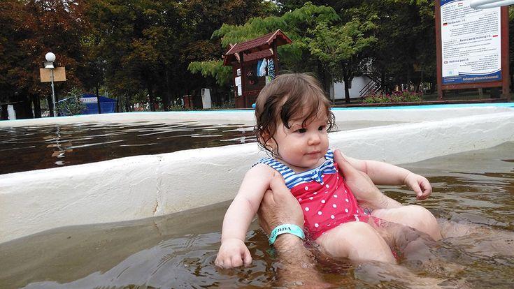 Endrédi Edit a család legkisebb tagját szoktatta a fürdőzéshez a Berekfürdői Termál- és Strandfürdőben. A pancsolás élvezetét nem lehet elég korán kezdeni!