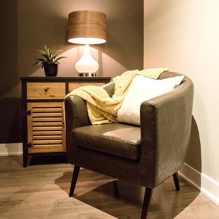 pour un coin lecture chaleureux misez sur un fauteuil en cuir et une commode en bois rustique. Black Bedroom Furniture Sets. Home Design Ideas