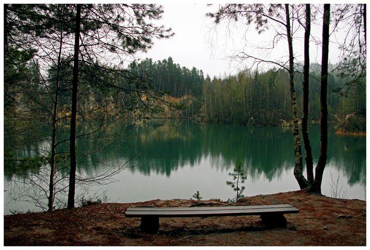 Spacer wokół szmaragdowego jeziora w czeskim Skalnym Mieście.