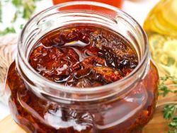 Getrocknete Tomaten in Öl in einem Glas