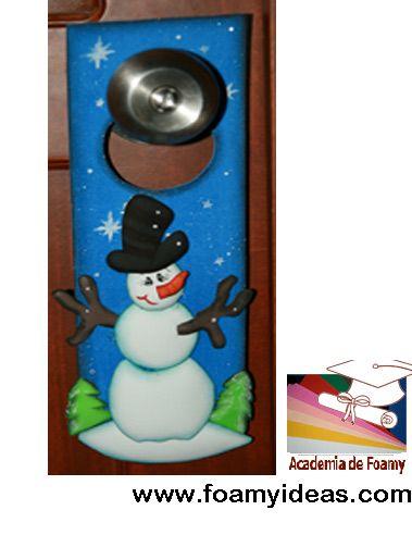 For your door a very funny christmas decoration, made from foam EVA by hand. Espectacular colgapuerta con nieve, hecho de foamy (goma EVA, microporoso, foami) Videotutorial y el molde: http://www.foamyideas.com/cursos foamyideas@gmail.com