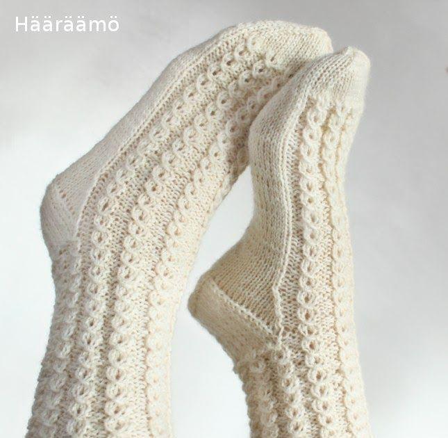 Kuvallinen neuleohje: Helppo mutta näyttävä neulekuvio ilman apupuikkoa naisten villasukkaan. Valepalmikko, pitsi-palmikko
