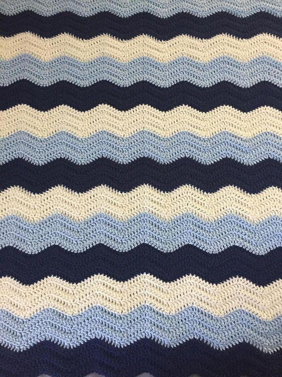 Chevron azul oscura y ligera manta del bebé / del ganchillo