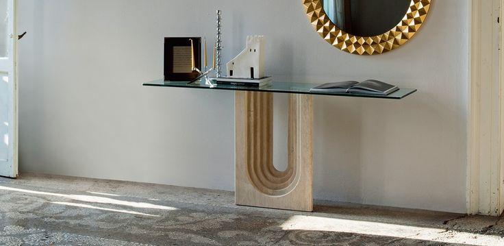 Naxos konzolový stůl / console tabla in vestibule