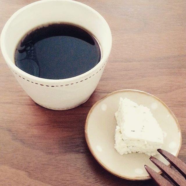 Instagram media by m_d_eat - 9/5 #朝ご飯  ラードコーヒー チーズ  楽チン過ぎる〜(笑) お弁当の支度中味見したりバターかじったりしてるのでこれで案外足ります。 MEC食の渡辺先生も朝ご飯は無理にとる必要ないと言っていたし! . 毎日代わり映えしないので今日は #長尾徳太郎 さんの #フリーカップ で! MEC食始めてからめっきり出番がなかった…>_<… . . #ダイエット #公開ダイエット #レコーディングダイエット #糖質制限 #糖質制限ダイエット #ローカーボ #糖質セイゲニスト #ダイエット仲間募集  #料理 #一人暮らし #🍴