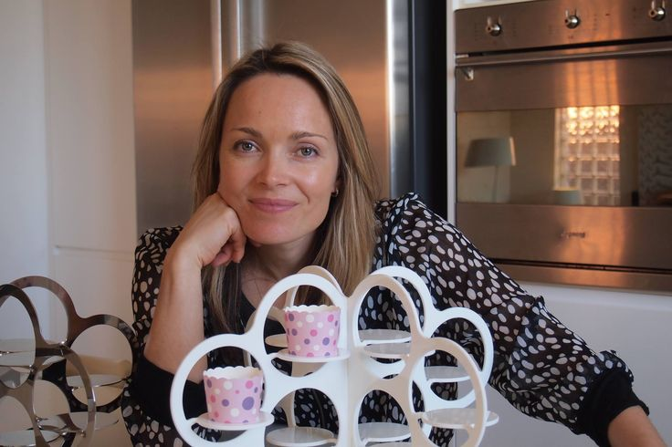 Hi, I'm Elizabeth Procter, the Cakesnake Mumpreneur. I love baking but I hate messy bakeware. So my husband invented the Cakesnake for me. It's a storage rack for bakeware that fits in a cupboard or deep drawer. Here I am with our Cupcake Cloud.