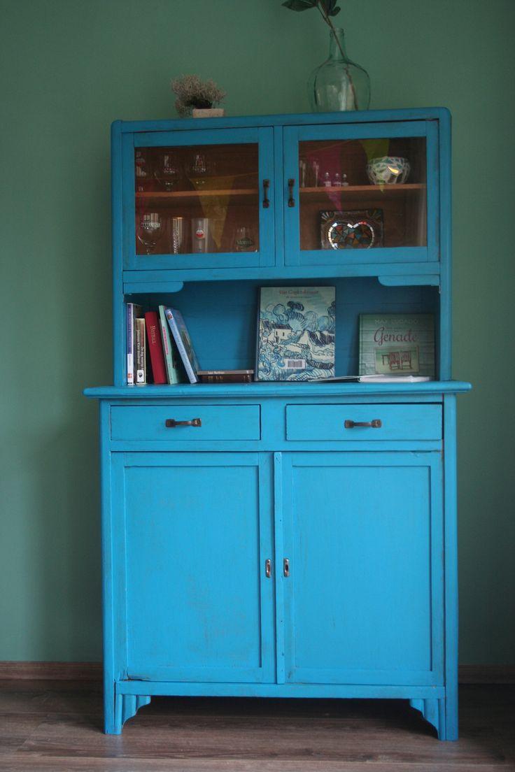 Een oude gammele kast opgeknapt, blauw geverfd, met als achtergrond een zeegroene muur. Ik ben er heel blij mee!