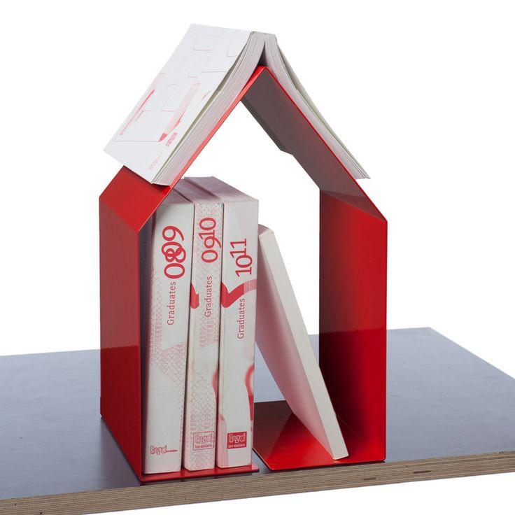 Serre-livres ou un mini chevet. La structure: métal peint qui fait  18 x 20 x 32cm.  Une petite  bibliothèque ou nous pouvons ranger les livres et un marque-pages intégré les + :  - le marque-pages intégré à la table de chevet. Ne plus le perdre.   -la petite bibliothèque  - la petite taille de la structure permet de la mettre ou l'on veut. les - : -La bibliothèque: si on a un grand livres que l'on veut ranger ici on ne pourra pas à cause de sa taille vu que la structure est fermé.