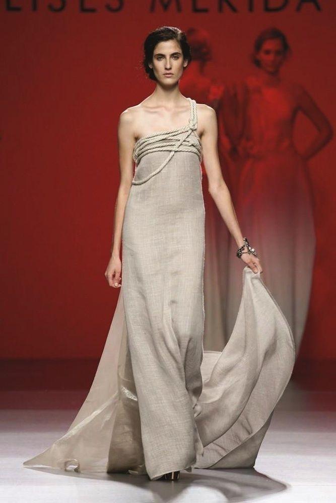 Vestidos de pasarela para novias no convencionales. Ulises Merida Novia.  Vestidos de fiesta (o novia) en tejidos naturales como el lino y la rafia.