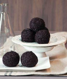 Οι τρούφες είναι από τα πιο κλασικά κεράσματα. Βάλτε τις στη φοντανιέρα και καλωσορίστε τους καλεσμένους σας!