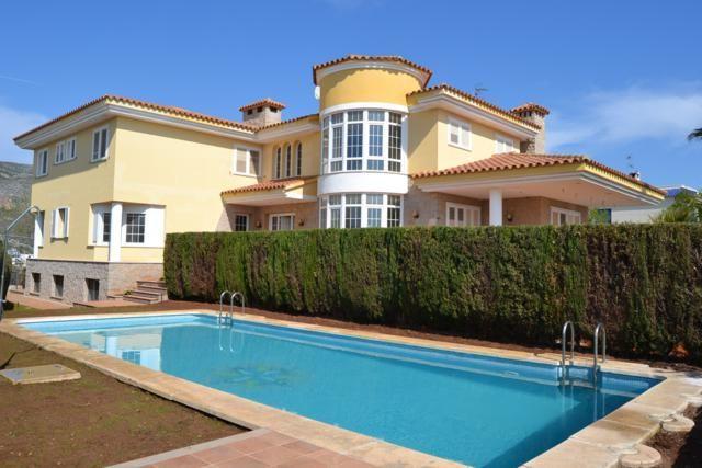 Продается новая вилла в Испании в Оропеса-дель-Мар, Урбанизация Balco.  Вилла, общей площадью 900 м2 размещена на  участке 1500 м2, с бассейном, фруктовым садом, зоной барбекю, гаражом на три авто. Вилла двухэтажная, 6 спальных и семь ванных комнат, гостиная с камином 30 м2, большая отлично оборудованная кухня, кабинет, гардеробная, подсобное помещение, подвал с винным погребом, просторная передняя терраса. Цена € 730 000