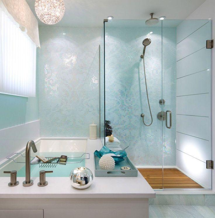 Piccolo bagno contemporaneo con un tocco glamour. Presenta un mosaico blu perla sul muro condiviso dalla vasca e della doccia