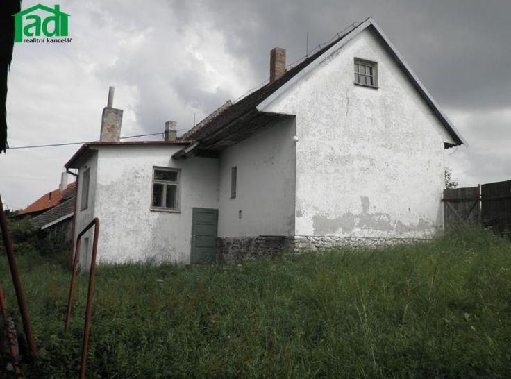 Na základě výhradního zastoupení majitele nabízíme kprodeji venkovský dům svelkou zahradou vobci Křeč nedaleko Černovic naPelhřimovsku. Nemovitost je situována naokraji obce uvedlejší komunikace směr Chýnov.…