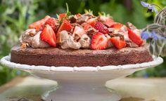 Fluffig daimgrädde och solvarma jordgubbar på toppen av en kladdig chokladkaka. Enkelt och sanslöst gott!