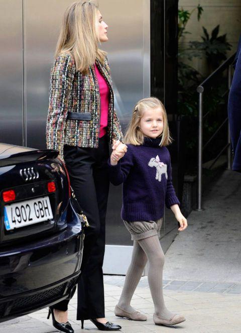 De la mano de su madre, Letizia, llegó Leonor a la Clínica San José de Madrid, el 15 de abril de 2012, donde estaba ingresado el Rey don Juan Carlos tras ser intervenido quirúrgicamente de la cadera tras sufrir un accidente en su viaje a Bostwana. La infanta Leonor visitó a su abuelo junto a su hermana Sofía y su padre, don Felipe, que tuvo que sustituir al Monarca en varias audiencias en el Palacio de la Zarzuela.