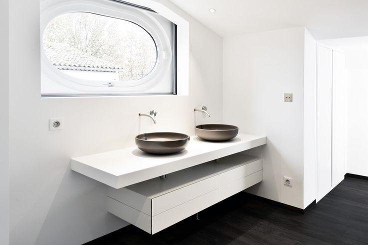 Mobilier de salle de bains : support de vasques et rangements en Solid Surface. Plus d'infos sur cette réalisation en résine de synthèse : http://www.v-korr.com/home/maison-cuisine-salle-bains-solid-surface/