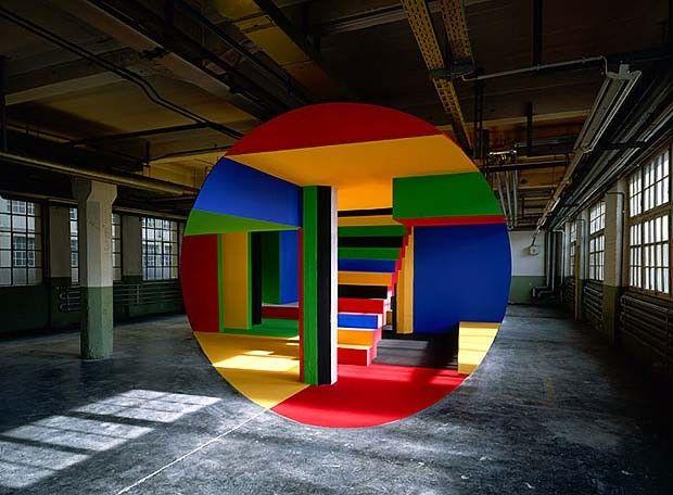 Le photographe Georges Rousse réalise des illusions d'optique aussi colorées qu'envoûtantes. Il transforme des lieux désaffectés en de véritables oeuvres d'art. Il arrange des peintures avec l'architecture pour créer des illusions puis il les documente en les prenant en photo. Chaque création visuelle complexe redéfinit la perception générale de l'espace. Cette série met en exergue un incroyable sens de la perspective.