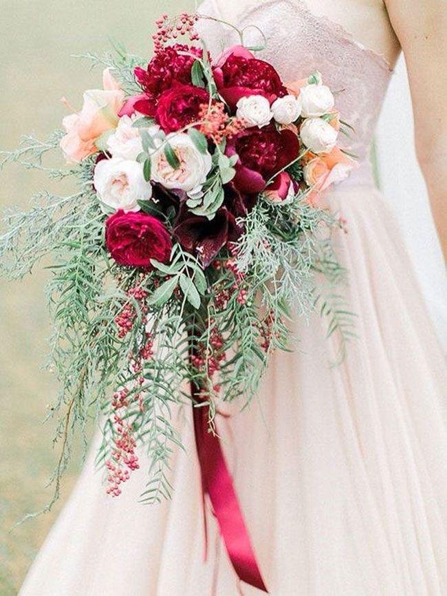 Пасхе, букет невесты яркого цвета марсала