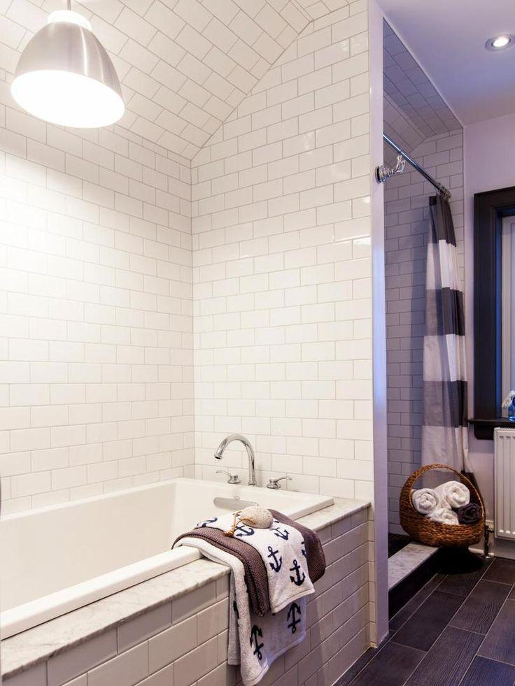 Простая и уютная ванная комната с душем и ванной. #простая_ванная_комната #душ_в _ванной