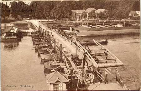 """Links van de schipbrug het oudste aanbouwsel van de brug, het drijvende """"Herenbad"""". Rechts van de schipbrug bevindt zich het drijvende """"IJsselbad"""", dat in 1914 gebouwd werd.   (ongeveer 1930)"""
