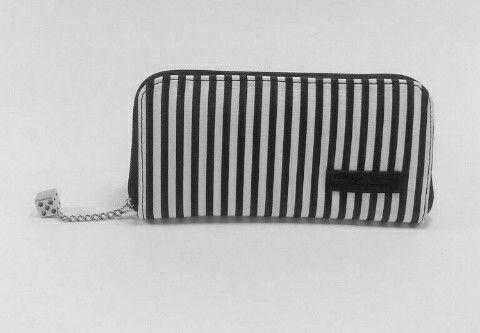 Hermosa billetera larga con 8 compartimientos  y un.monedero Cuero sintético con garantía producto