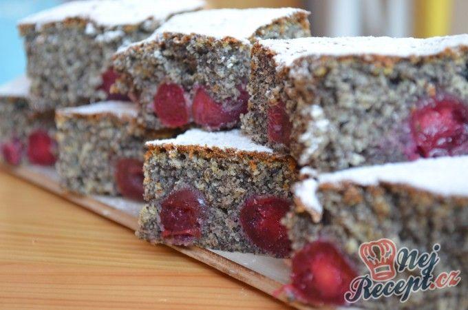 Hrnkový makový koláč s třešněmi | NejRecept.cz