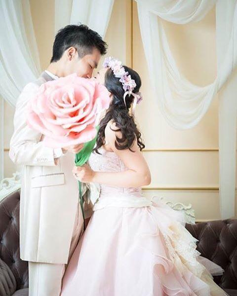スタジオでの前撮りデータいただきました(o^^o)♡まずはやりたかったこのショットから♡ 自作のジャイアントペーパーフラワーでキスショット♡ #プレ花嫁 #結婚式 #結婚式準備 #前撮り #スタジオ撮影 #カラードレス #洋装前撮り #結婚式diy #ジャイアントフラワー #ジャイアントペーパーフラワー #キスショット #ファミリー婚 #2016秋婚