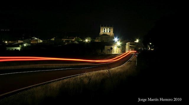 Imagen nocturna de Guadramiro, un precioso pueblo salmantino.