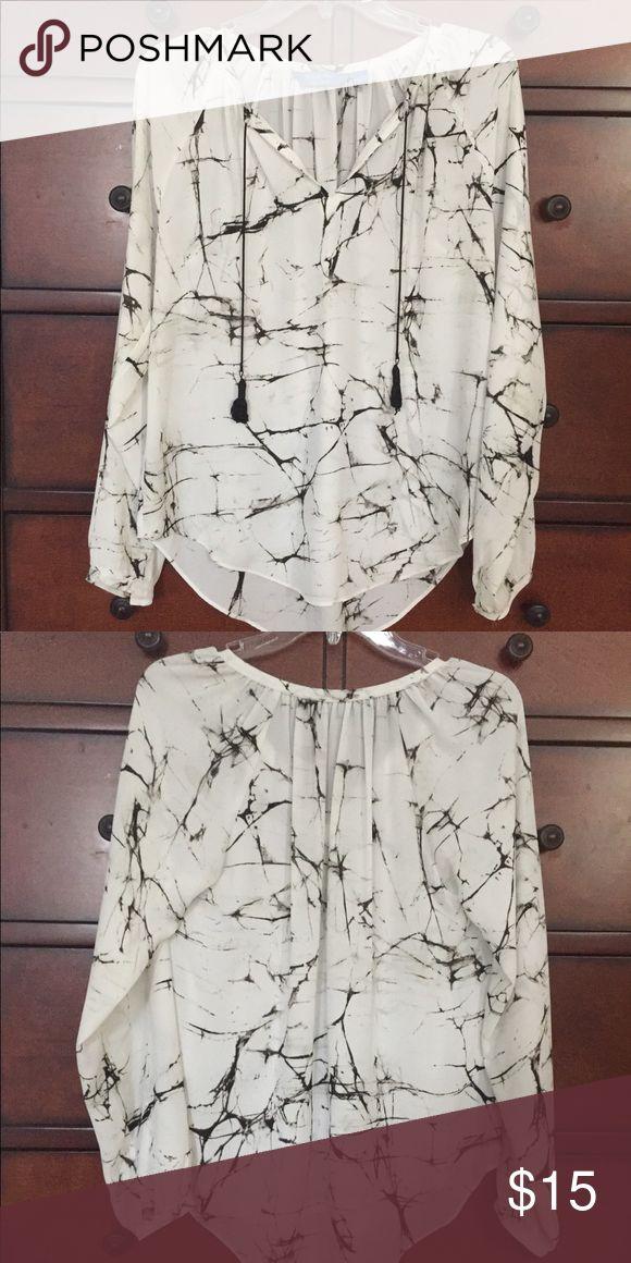 Beautiful simply Vera blouse Beautiful Simply Vera blouse. Semi-sheer Simply Vera Vera Wang Tops Blouses