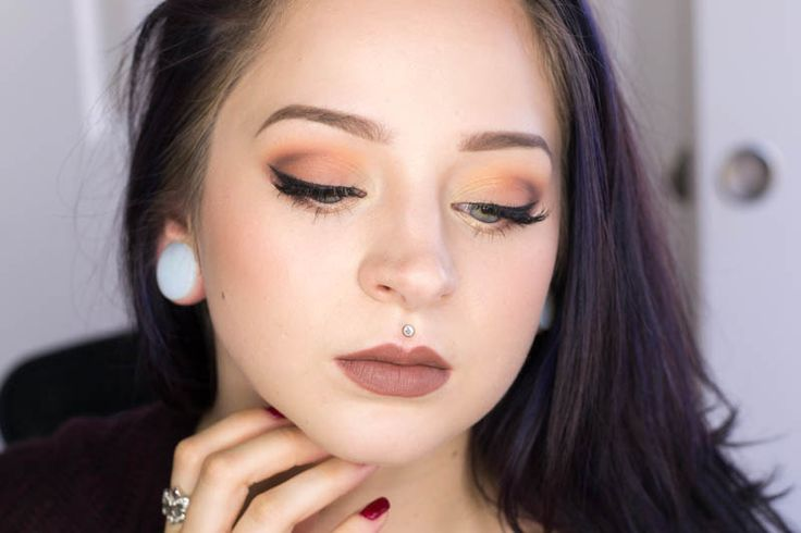 Gorgeous, simple Autumn look.  Makeup Geek Creme Brulee all over, Peach Smoothie + Chickadee in upper crease, Frappe in outer V, Shimma Shimma highlight