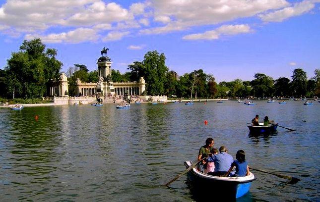 El estanque con la estatua  de Alfonso XII