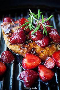 Filete de pollo a la parrilla con salsa de balsámico y fresas