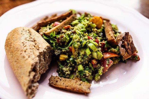 Quinoa-Pesto Salat by Vegan Guerilla