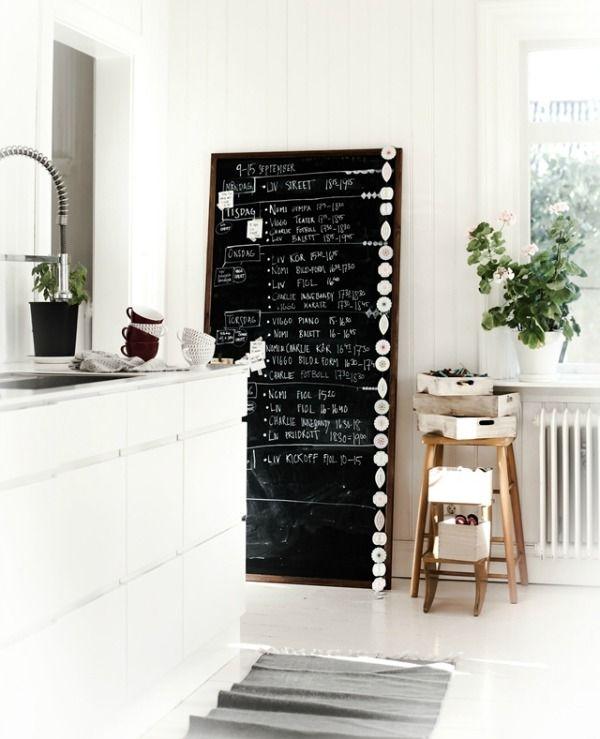 De keuken is een goede plek om schoolbordverf te gebruiken. Je kunt er je boodschappenlijstje of een lekker recept op schrijven. Voorzie een hele muur van schoolbordverf, of schilder een los bord. Het is praktisch voor je lijstjes, maar ziet er ook nog eens heel leuk uit. Klik op de foto's voor de bron. De  read more »