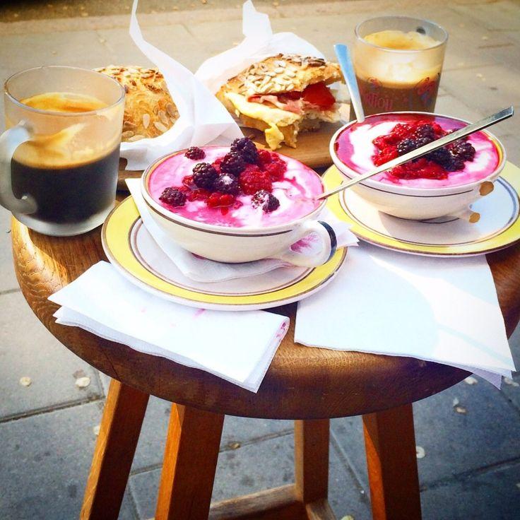 Sorelle - Stockholm, Sverige. Frukost. kaffe, krämig yoghurt med björnbär och nybakat bröd med stekt ägg.